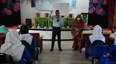 কুমিল্লায় উচ্চ বিদ্যালয়ের শিক্ষার্থীদের ক্লাস নিয়েছেন নিলেন জেলা প্রশাসক