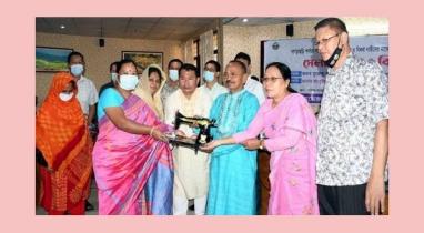 খাগড়াছড়িতে অসহায় ২০০ নারীকে সেলাই মেশিন দেন এমপি কুজেন্দ্র লাল