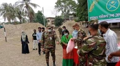 বান্দরবানে অসহায় পাহাড়ি-বাঙালি পরিবারকে আর্থিক সহায়তা দিয়েছে সেনাবাহিনী