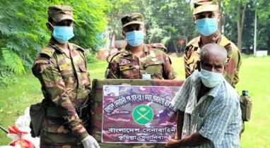 কুমিল্লায় দুস্থদের মাঝে খাদ্যসামগ্রী বিতরণ সেনাবাহিনীর