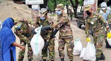 দিনাজপুরে খাবারের টাকা বাঁচিয়ে ত্রাণ বিতরণ করছেন সেনাবাহিনী