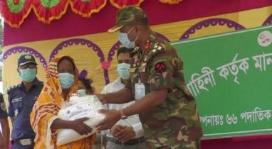 ঘোড়াঘাটে খাদ্যসামগ্রী বিতরণ করেছে বাংলাদেশ সেনাবাহিনী